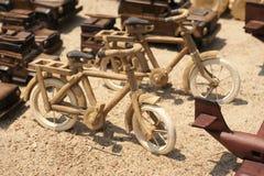 A handcarved houten stuk speelgoed fiets royalty-vrije stock afbeeldingen