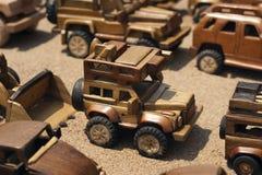 Handcarvedstuk speelgoed auto's op vertoning royalty-vrije stock fotografie