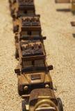 Handcarvedstuk speelgoed auto's op vertoning stock fotografie