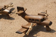 Handcarvedstuk speelgoed vliegtuig op vertoning stock afbeeldingen
