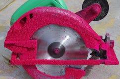 Handcirkelsåg med rött sågspån Royaltyfria Bilder