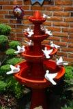 Handcraft a fonte feita da argila com muitas pombas brancas Fotos de Stock Royalty Free
