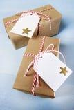 Handcraft giftboxes mit Bändern und Tags Stockfotografie