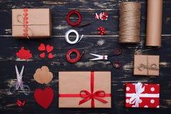 Handcraft i materiali per la preparazione dei contenitori e delle carte di regalo Fotografie Stock