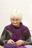 Handcraft - il lavoro a maglia dell'anziana Fotografia Stock