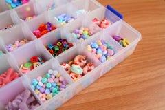 Handcraft kolorowego kwiatu, abecadła i zwierzę koralika w pudełku, Obrazy Stock