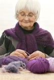Handcraft - le femme aîné actif Image stock