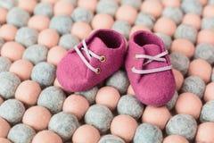 Handcrafted ботинки младенца шерстей merino Стоковая Фотография RF