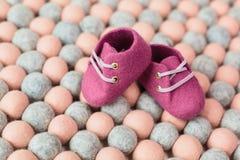 Handcrafted ботинки младенца шерстей merino Стоковое фото RF