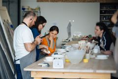 Handcrafted на колесе ` s гончара, руки делают глину от различных деталей для дома и продажи в магазине и на выставке Стоковое Изображение