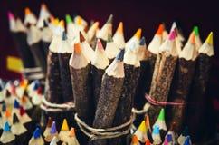 Handcrafted a coloré le crayon fait avec des branches d'arbre images stock