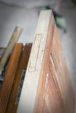 Handcrafted drewniany drzwi w ciesielce Mężczyzna instaluje zawias ręcznie Zdjęcia Stock