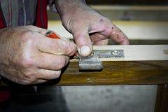 Handcrafted drewniany drzwi w ciesielce Mężczyzna instaluje zawias ręcznie Fotografia Stock