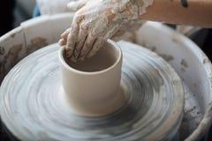 Handcrafted em uma roda do ` s do oleiro, as mãos fazem a argila dos vários artigos para a casa e a venda na loja e na exposição Foto de Stock
