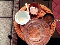 Handcrafted groszak matrycująca kawa wypełniająca z tradycyjną piankową Bośniacką kawą słuzyć w ornamentu Sarajevo secie obraz stock