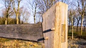 Handcrafted houten omheining met penen-en-gatverbinding Royalty-vrije Stock Afbeelding