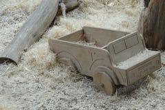 Handcrafted houten trein op een beige tapijt, retro gestemd beeld stock foto's