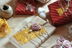 Handcrafted julpackegåva och garnering Arkivfoto