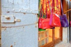 Handcrafted läderpåsar som är till salu i den Tuscan byn fotografering för bildbyråer