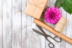 Handcrafted menchii chryzantemy kwiat na drewnianym tle i Pojęcie naturalny stylowy projekt Obraz Stock