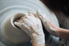 Handcrafted na garncarki ` s kole, ręki robią glinie od różnorodnych rzeczy dla domu i sprzedaży w sklepie i przy wystawą Fotografia Stock