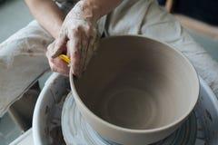 Handcrafted na garncarki ` s kole, ręki robią glinie od różnorodnych rzeczy dla domu i sprzedaży w sklepie i przy wystawą Zdjęcia Royalty Free