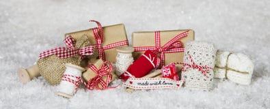 Handcrafted pense emballé avec amour dans des couleurs vérifiées par blanc rouge Images stock
