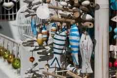 HandCrafted träfiskar på försäljning Calella de Palafrugell, Spanien arkivfoton