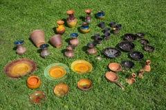 Handcrafted traditionell latgale, färgrika dekorerade utomhus- glasyrplattor och krukmakeri Royaltyfri Bild