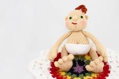 HandCrafted virkning behandla som ett barn - dockan på den färgrika filten royaltyfria foton