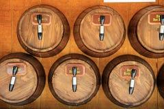Handcrafted wood trummor som betitlas med sodavatten Arkivbild