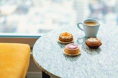 Handcraftedvlaaien en gebakjes met koffie stock fotografie