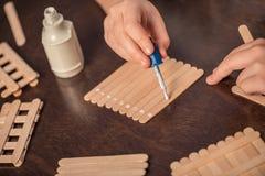 Handcrafting för liten flicka royaltyfri bild