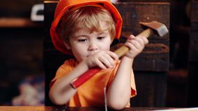 Handcrafting концепция Малыш на занятых играх стороны с инструментом молотка дома в мастерской : Ребенок акции видеоматериалы