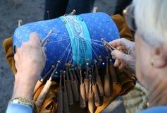 handcrafting snör åt kudden arkivbild