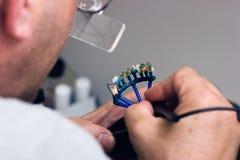 Handcrafting una muffa della protesi dentaria. Fotografie Stock Libere da Diritti