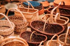 Handcrafts, χειροποίητα ψάθινα καλάθια στην τοπική αγορά Στοκ Εικόνες