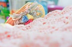 Handcrafts faz crochê e um chapéu pequeno no estilo do vintage Foto de Stock Royalty Free
