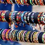 Handcrafts les bracelets colorés Photo libre de droits