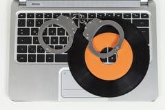 Handcuff en verslag op laptop Royalty-vrije Stock Afbeeldingen