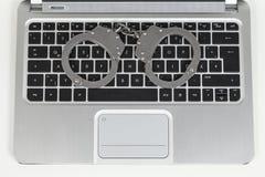 Handcuff op toetsenbord Stock Afbeelding