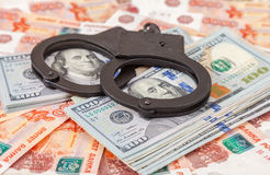 Handcuffs die op een stapel dollarrekeningen liggen Royalty-vrije Stock Fotografie