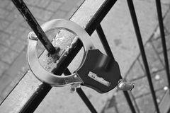Handcuffs die op het schermen wordt gebroken royalty-vrije stock foto's