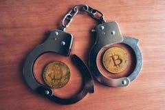 Handcuffs en bitcoins stock afbeelding