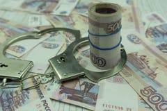 Handcuffs, en geld Het concept misdaad en straf royalty-vrije stock foto