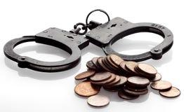 Handcuffs en muntstukken op wit Royalty-vrije Stock Foto