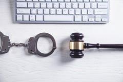 Handcuffs en Rechter Gavel met computertoetsenbord Concept Cyber-misdaad en Online fraude stock foto's