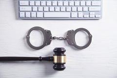 Handcuffs en Rechter Gavel met computertoetsenbord Concept Cyber-misdaad en Online fraude stock foto