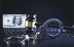 Handcuffs en Rechter Gavel op laptop toetsenbord Concept Cyber-misdaad en Online fraude stock foto's