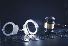 Handcuffs en Rechter Gavel op laptop toetsenbord Concept Cyber-misdaad en Online fraude royalty-vrije stock foto